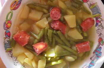 Grüne Bohnensuppe mit Mettwurst